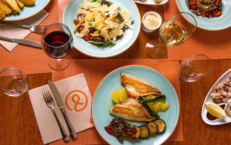 Mesa llena de diferentes platos de comida